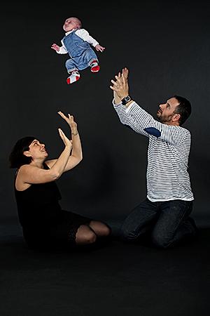 bébé fait des sauts entre sonpère et sa mère,c'est un montage photo créé par Rachel Joubi
