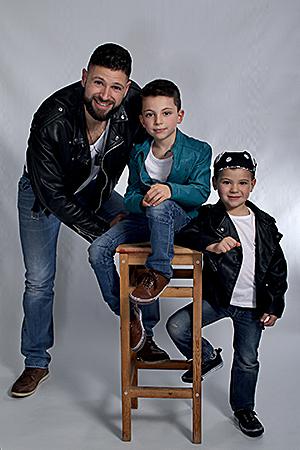 un super papa avec ses deux fils posant pour la photographe par Rachel Joubi