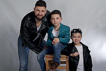 trois mecs photographiés en studio par Rachel Joubi, le papa avec ses deux enfants qui prennent la pose