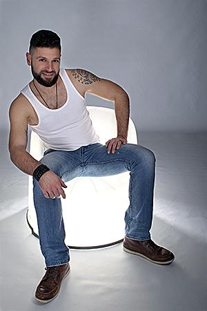 un super papa photographié par Rachel Joubi sur un fauteuil lumineux