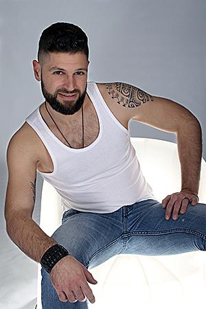 un super papa photographié par Rachel Joubi sur un fauteuil design