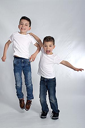 deux enfants chahutant en sautant photographiés par Rachel Joubi