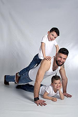 le père et ses 2 fils font des pompes en jouant