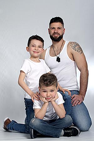 les deux fils et leur père posent en studio par Rachel Joubi