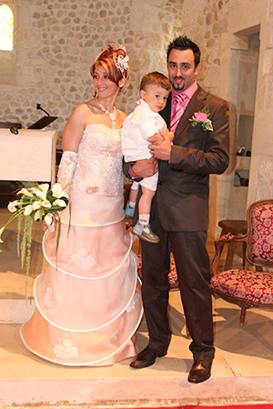 Mariage à l'église d'un joli couple avec leur enfant