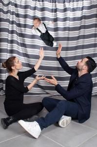 couple avec leur bébé en studio dans leur maison, avec un montage photo pour ne pas mettre en danger le bébé