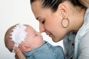 photo prise en studio d'un bébé et sa maman