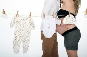 prise de vue studio d'un couple près a recevoir un  bébé
