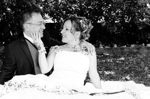 mariage les mariés pris dans un parc en noir et blanc