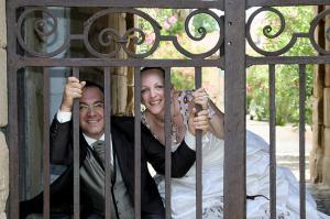 mariage couple pris en photo dans un parc derrière un portail
