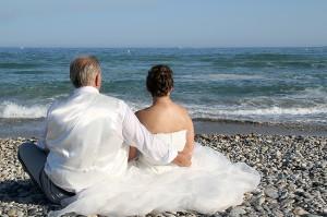 mariage les mariés au bord de la mer
