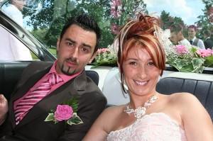 mariage les jeunes mariés dans leur voiture